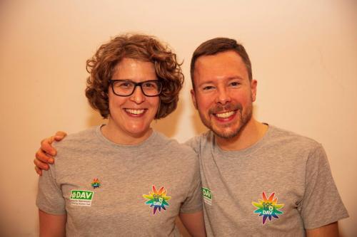 Christina und Christian haben die Torten im GOC Jubiläums-T-Shirt serviert, das übrigens jedEr bekommt, die/der sich im Jubiläumsjahr für den GOC engagiert.