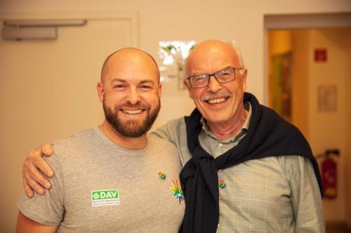 Wie gewohnt hat Max (rechts) unsere MV 2019 mit dem für MVs nötigen Humor moderiert. Wolfgang haben wir als unseren Vorstand Mitgliederverwaltung bestätigt.
