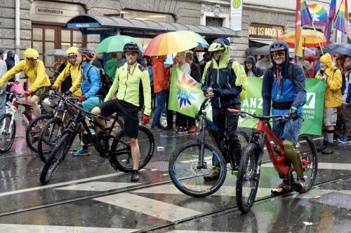 Prasselnder Regen läßt unsere MTBer lächeln