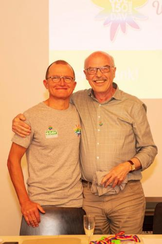 Am Ende der MV dankte Thomas  Max für die Moderation - natürlich auch mit dem GOC-Jubi-Shirt.
