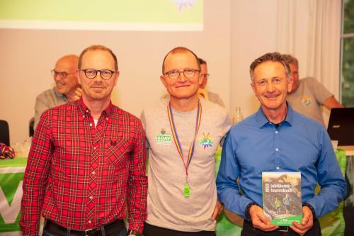 Der DAV hat seinen 150. Geburtstag mit dem Buch 150 Touren gefeiert. Dass auch unsere Sektion mit dem ´Schellschlicht´ vertreten ist, verdanken wir Albert (rechts), der seine Lieblingstour sehr eindrucksvoll bebildert und beschrieben hat und Franz (links), der sie in Alpenvereinsaktiv dokumentiert hat.